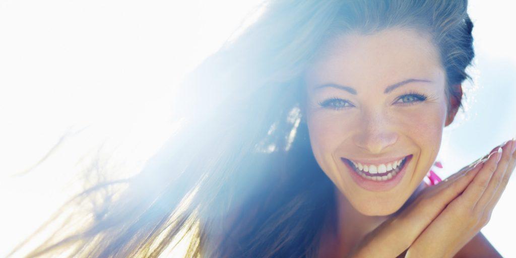 laimīga meitene smaida
